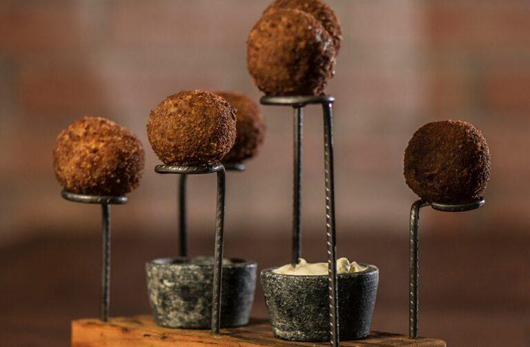 Conheça o Golden Ball: bolinho de costela empanado com queijo brie