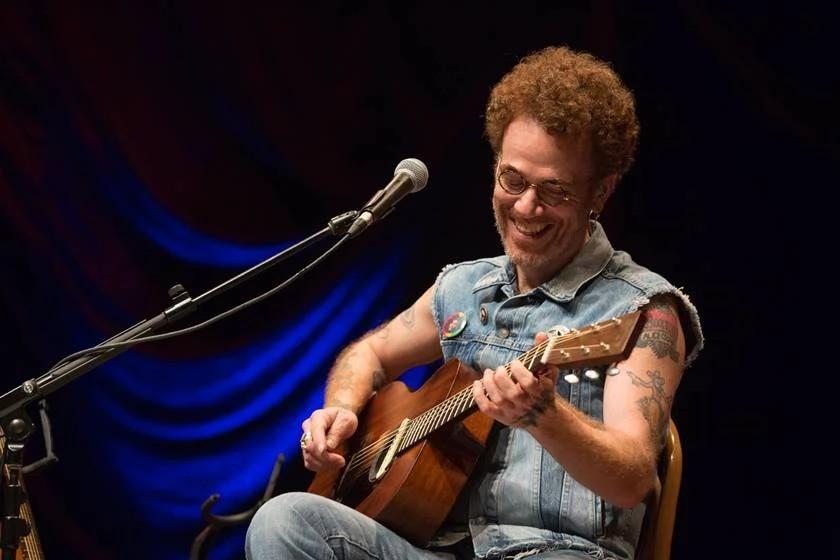 """""""Emoção muito grande"""", diz Nando Reis sobre retorno ao teatro em Curitiba"""