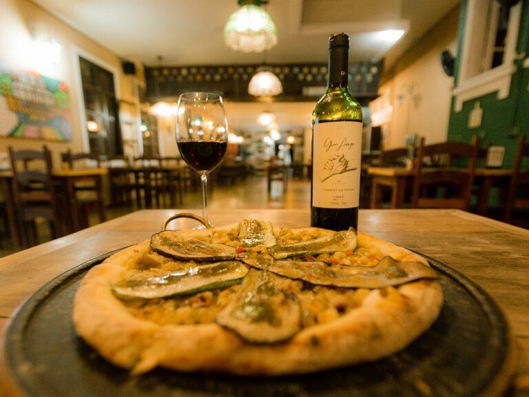 Economize R$ 35 no combo pizza com vinho no restaurante O Jardineiro
