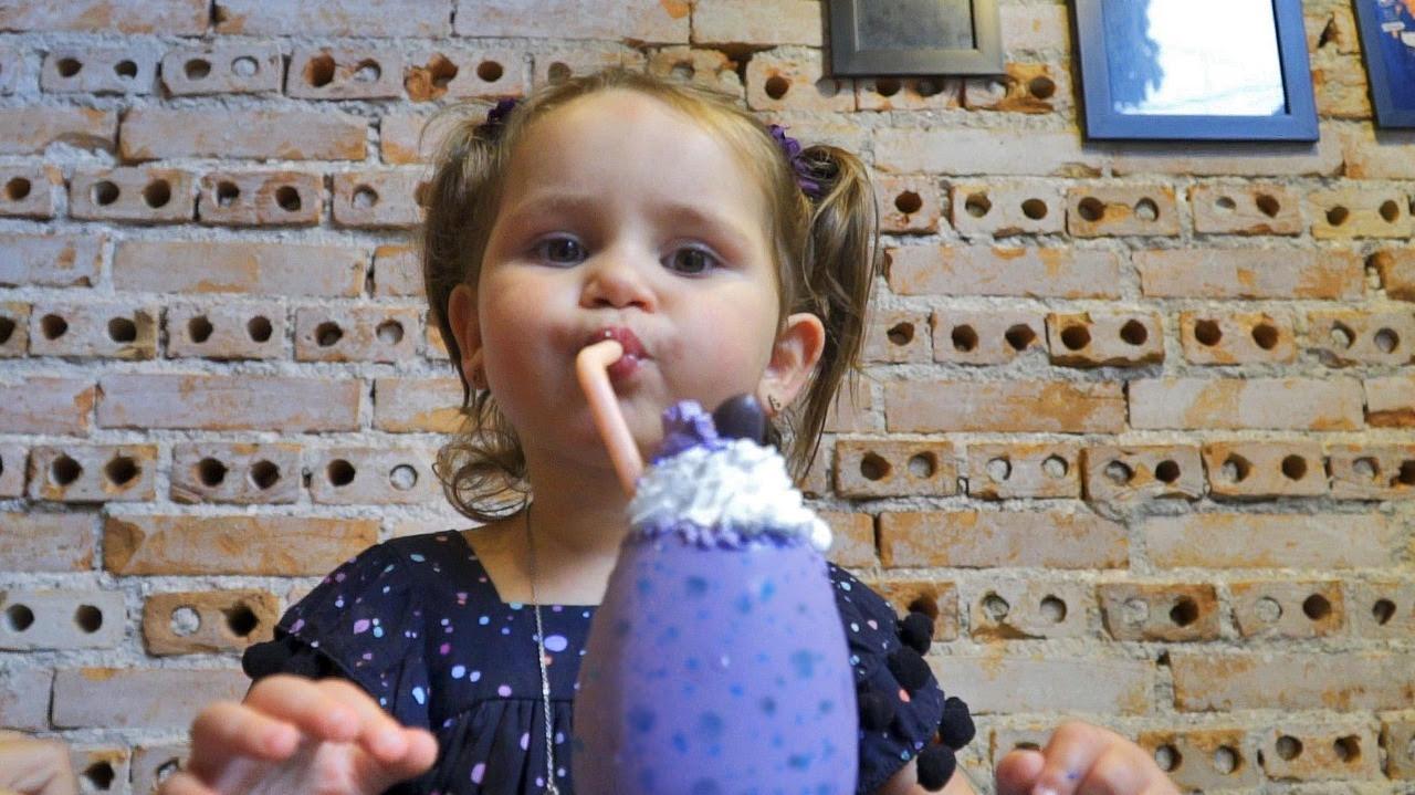Chelsea lança milk shake em ovo de dinossauro no mês das crianças