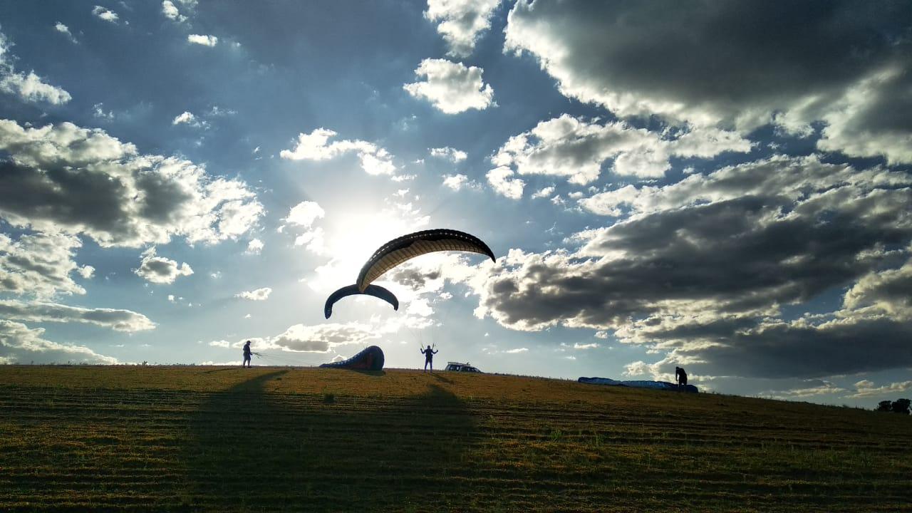 Aventura: conheça a Xfly Paragliders e aprenda algo novo com desconto do Clube