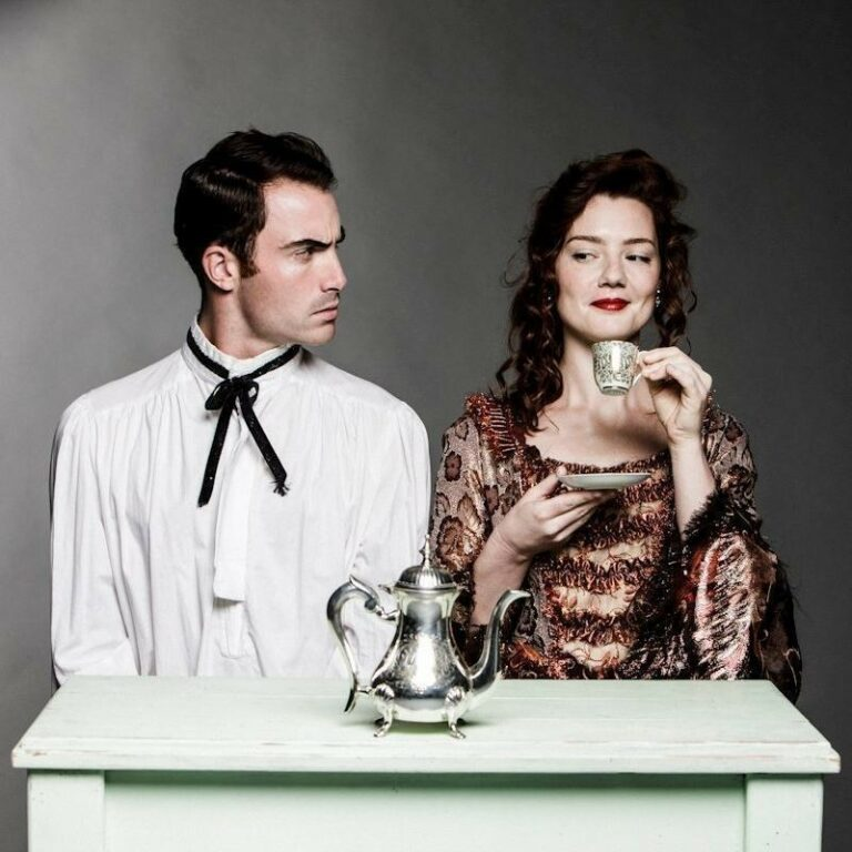 homem e mulher em cartaz da ópera Cantata do Café, de Bach